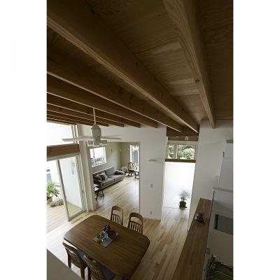 2F地窓からダイニング・キッチンを見下ろす