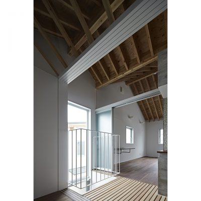 コアの周囲を緩やかにつなぐ木梁現しの屋根