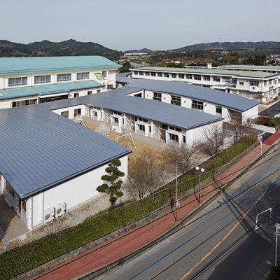 外観 既存中学校校舎・体育館と新築小学校校舎