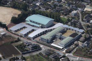 豊野小中学校 既存校舎の間に縫うように配置された小学校校舎